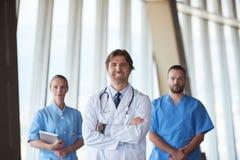 小组医院的医护人员,英俊的医生在前面 库存照片