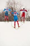 小组滑雪者谈判小山 库存照片