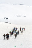 小组滑雪登山家在Avacha火山的滑雪上升 队种族滑雪登山 10第17 20 2009 4000在灰威严的美好的圆锥形考虑的日放射爆发之上扩大了高度堪察加kamchatskiy km多数nw发生一彼得罗巴甫洛斯克照片被到达的俄国海运stratovolcano 库存照片
