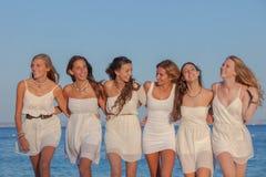 小组青少年的女孩假期 免版税库存图片