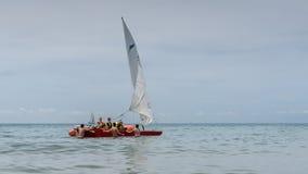 小组青年人学会驾驶有风帆的一条小船 充气救生艇航行 室外体育活动 免版税库存图片