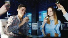 小组青年人放松在餐馆的,叮当声玻璃 影视素材