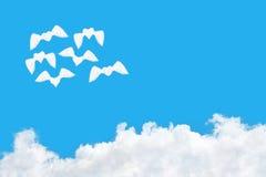 小组飞行的心形的云彩飞行在白色云彩 免版税库存照片