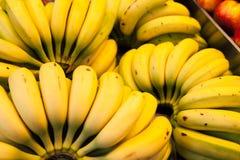 小组香蕉在市场上 免版税库存图片