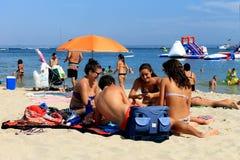 小组马略卡海滩的朋友 免版税库存照片