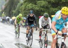 小组骑自行车者乘坐在雨中的-环法自行车赛2014年 库存照片