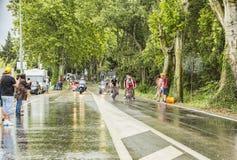 小组骑自行车者在一个雨天 库存图片