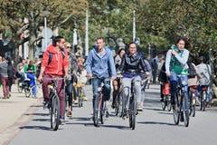 小组骑自行车者获得乐趣在Vondelpark,阿姆斯特丹,荷兰 库存照片