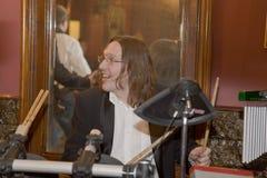 小组鸡尾酒、歌手和音乐家康斯坦丁Kuveyzev的领导 图库摄影