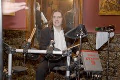 小组鸡尾酒、歌手和音乐家康斯坦丁Kuveyzev的领导 库存图片