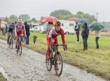 小组鹅卵石路的骑自行车者-环法自行车赛2014年 库存图片