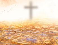 小组,人,十字架,祈祷,崇拜, Bulrry十字架,概念 秋天,冠,给,金黄,上升,到达,日落,刺,一起, Vict 免版税图库摄影