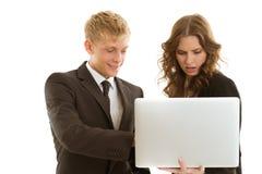 小组businesspersons与膝上型计算机一起使用 免版税库存照片