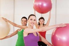 小组pilates的妇女分类在健身房 库存照片