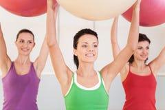 小组pilates的妇女分类在健身房 库存图片