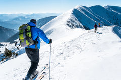 小组skialpinists积雪的山 免版税库存图片