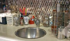 小café厨房通过与某一Bokeh的玻璃在前景 免版税图库摄影