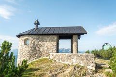 小Fahrenberg教堂在Walchensee湖,巴伐利亚,德国附近的Fahrenberg小山顶部 免版税库存照片