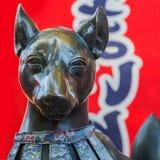 小Fox (Inari)在Sumiyoshi盛大寺庙(Sumiyoshi-taisha)的Shrinr在大阪 免版税库存照片