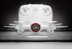小Quadrocopter寄生虫机器人演播室工作白色 免版税库存照片
