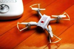 小Quadrocopter寄生虫机器人演播室工作白色 免版税库存图片