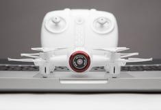 小Quadrocopter寄生虫机器人演播室工作白色 库存照片