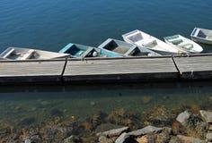 小rowbots线在船坞附近的 库存图片