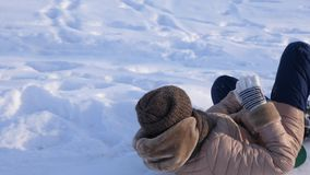 少女乘驾在雪撬的冬天公园从高多雪的小山 圣诞节节假日 股票视频