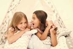 少女休闲 姐妹获得份额的闲话乐趣在家 为孩子睡衣派对 舒适地方帐篷房子 姐妹或 库存照片