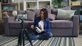 少女关于拿着小配件的vr玻璃的录音录影使用智能手机 股票录像