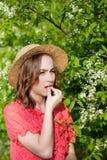 少女吹的鼻子和打喷嚏在开花的树前面的组织 影响人的季节性变态反应原 r 免版税图库摄影