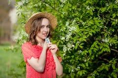 少女吹的鼻子和打喷嚏在开花的树前面的组织 影响人的季节性变态反应原 r 图库摄影
