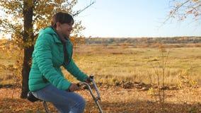 少女在路的骑马自行车在秋天公园和微笑 慢的行动 影视素材