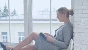 少女坐窗台并且读书 股票视频
