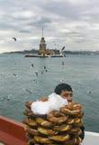 少女塔 一个年轻推销员(Simit)面包供营商 免版税图库摄影
