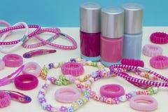 少女少年室,构成的地方在家 一个小组五颜六色的指甲油瓶,头发丝带,镯子,项链,头发 库存图片