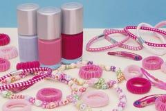 少女少年室,构成的地方在家 一个小组五颜六色的指甲油瓶,头发丝带,镯子,项链,头发 免版税库存图片