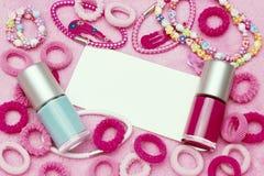 少女少年小组五颜六色的指甲油瓶,头发丝带,镯子,项链,发夹 葡萄酒样式背景 库存照片