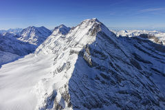 少女峰峰顶与雪流程的直升机视图 库存照片