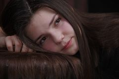 少女悲伤 遭受严厉消沉的女孩 库存照片