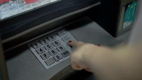 少女拨号盘在ATM的一个别针 股票视频