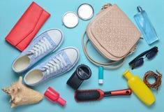少女春天夏天辅助部件的顶视图:运动鞋、化妆用品、秀丽和卫生学方面的产品,袋子,太阳镜 库存图片