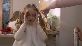 少女照片模型,当喷洒卷曲发型在化装室时 股票录像