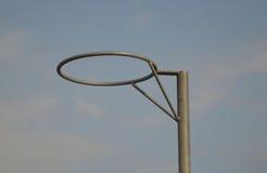 少女玩的篮球赛圆环 免版税库存照片