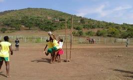 少女玩的篮球赛比赛 库存照片