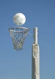 少女玩的篮球赛目标 免版税库存照片