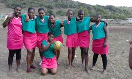 少女玩的篮球赛队 免版税库存图片