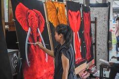 少女绘画大象在芭达亚浮动市场上 库存图片