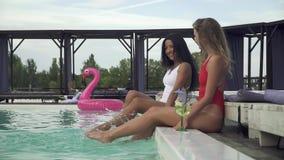 少女获得乐趣在创造巨大的水的室外游泳场由亭亭玉立的苗条腿飞溅 休闲和乐趣  股票视频