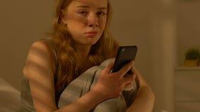 少女藏品智能手机和哭泣,与男朋友,联系中断关系 股票录像